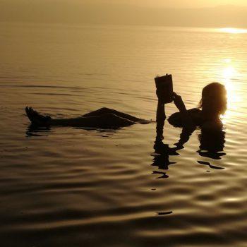 Drijven in het zeer zoute water, zwemmen lukt niet