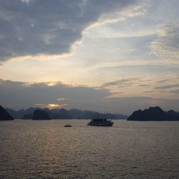 Zonsondergang in Halong Bay