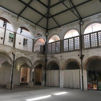 Verlaten markthal in het oude gedeelte
