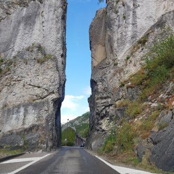Tussen de rotswanden door Dinant inrijden
