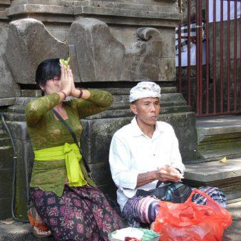 koppel biddend in pura tirta empul