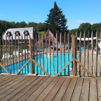 zwembaden op la bastide met rondom groot lounge terras en ligbedden