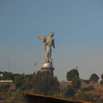 de maagd van Quito kijkt uit over de stad