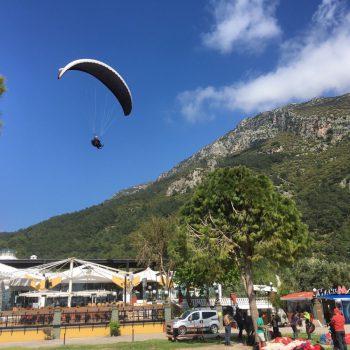 De boulevard als landingsbaan voor de paraglider