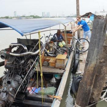 Met de boot en de fietsen naar de overkant!