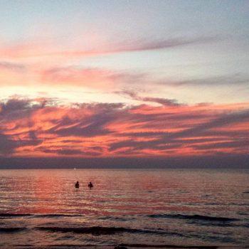 Cloudy sunset op het strand van Koh Chang