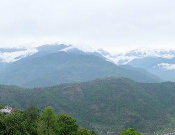 Uitzicht op de bergen tijden wandeling naar Naudanda