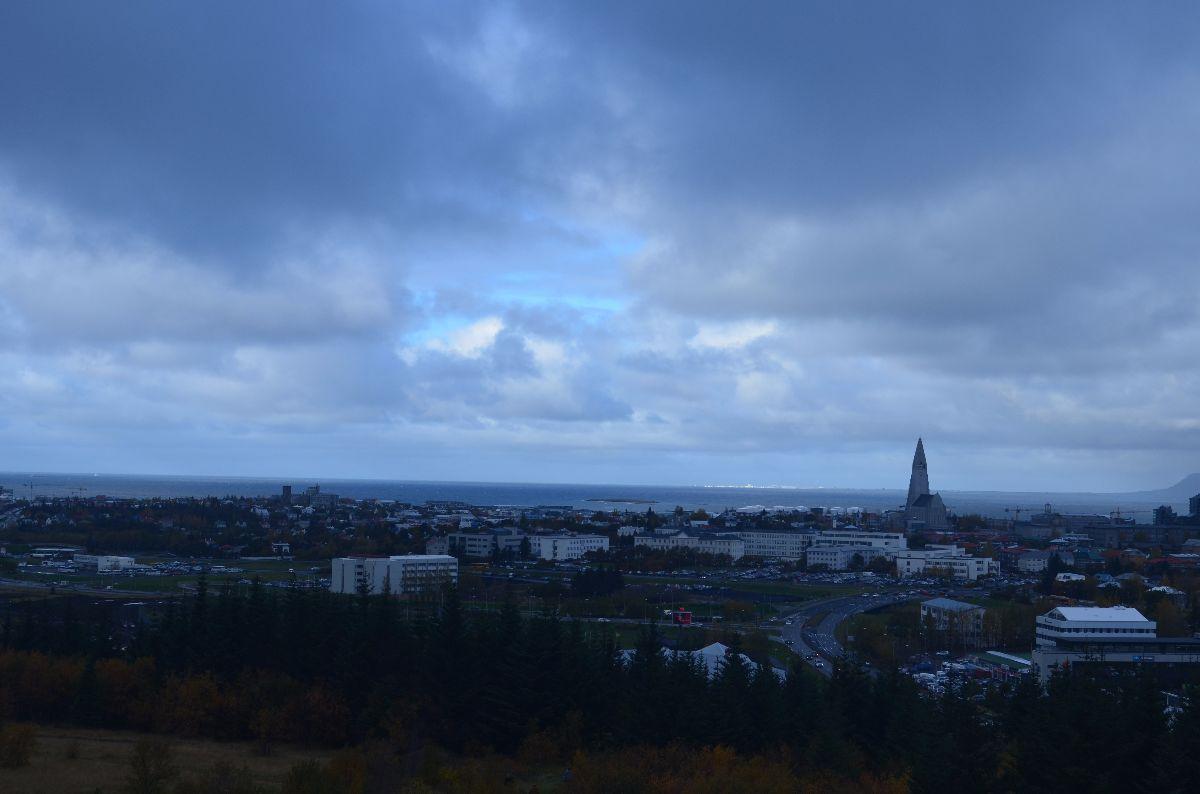 Uitzicht vanaf Perlan (op een donkere regenachtige dag) met uitzicht op de Hallgrimskirkja.