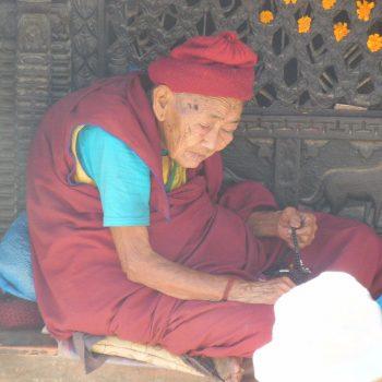 oude monnik rustend aan tempel in Bhaktapur