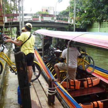 Met de fietsen op de boot