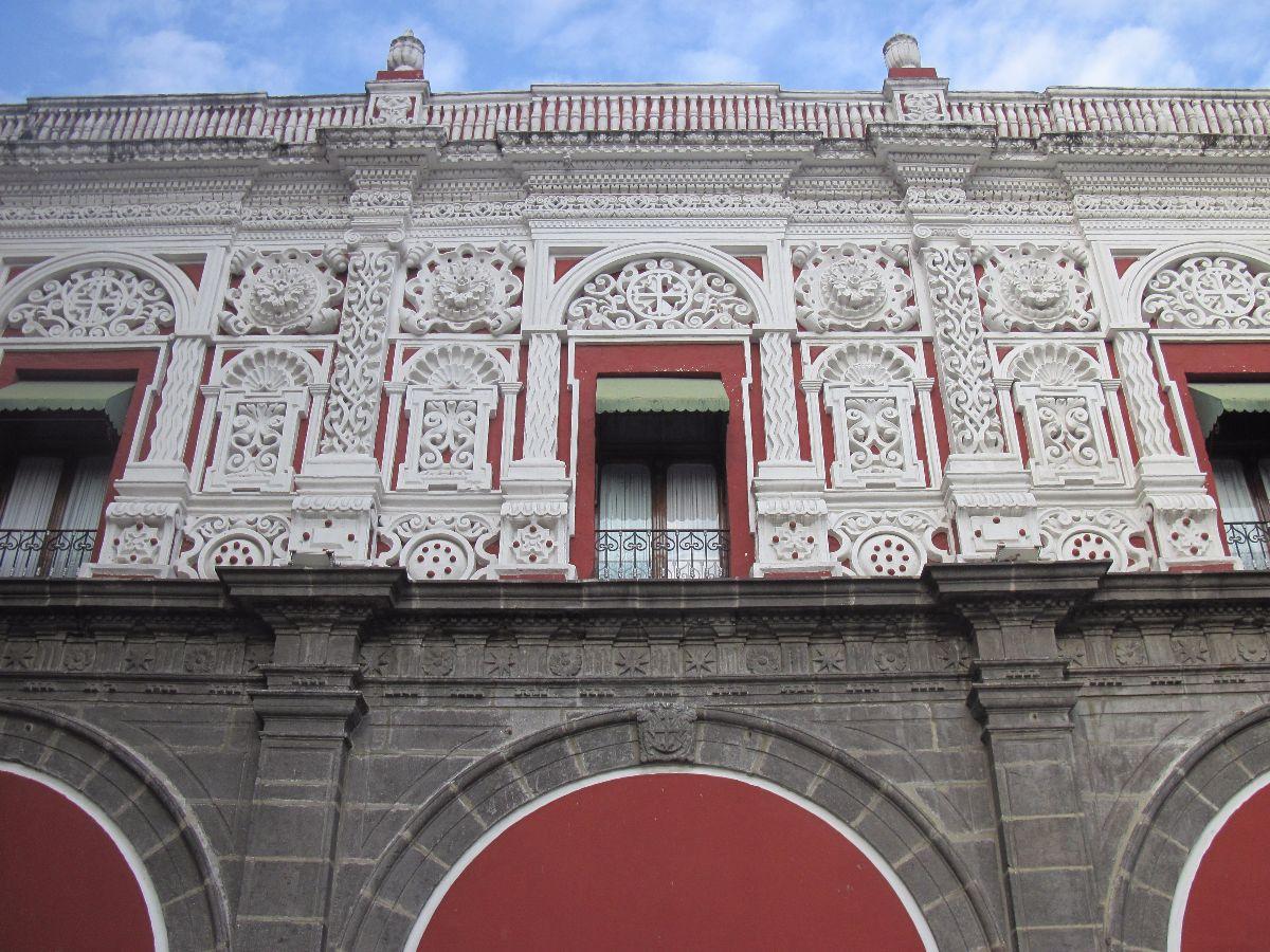 Fraai bewerkte gevel in het centrum van Puebla