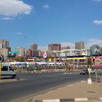 De skyline van Johannesburg, vanaf de Mandela brug