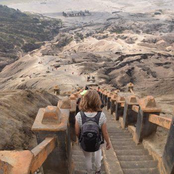 De trap terug vanaf de Bromo vulkaan