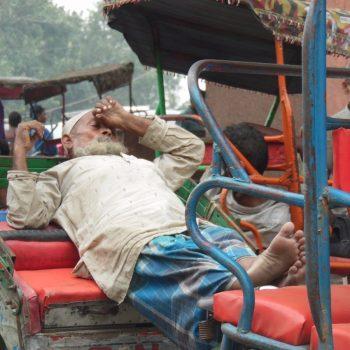riksja rijder wachtend op een klant