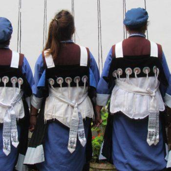 Naxi vrouwen in traditionele kledij