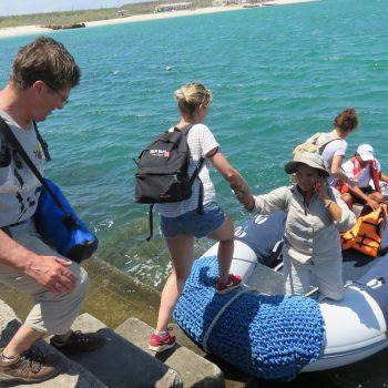 met deze rubberbootjes worden de eilanden bezocht