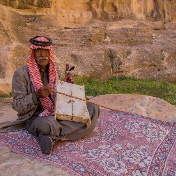 Meneer met traditioneel instrument