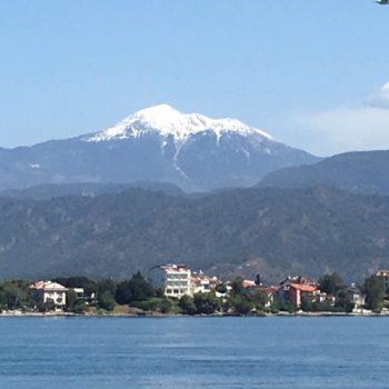 Het prachtige meer omringd door bergen