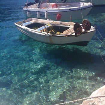 Zomaar een haventje, het bootje lijkt te zweven!