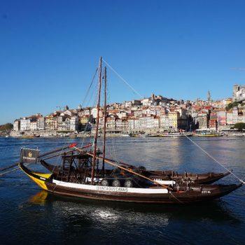 Portboot langs de porthuizen
