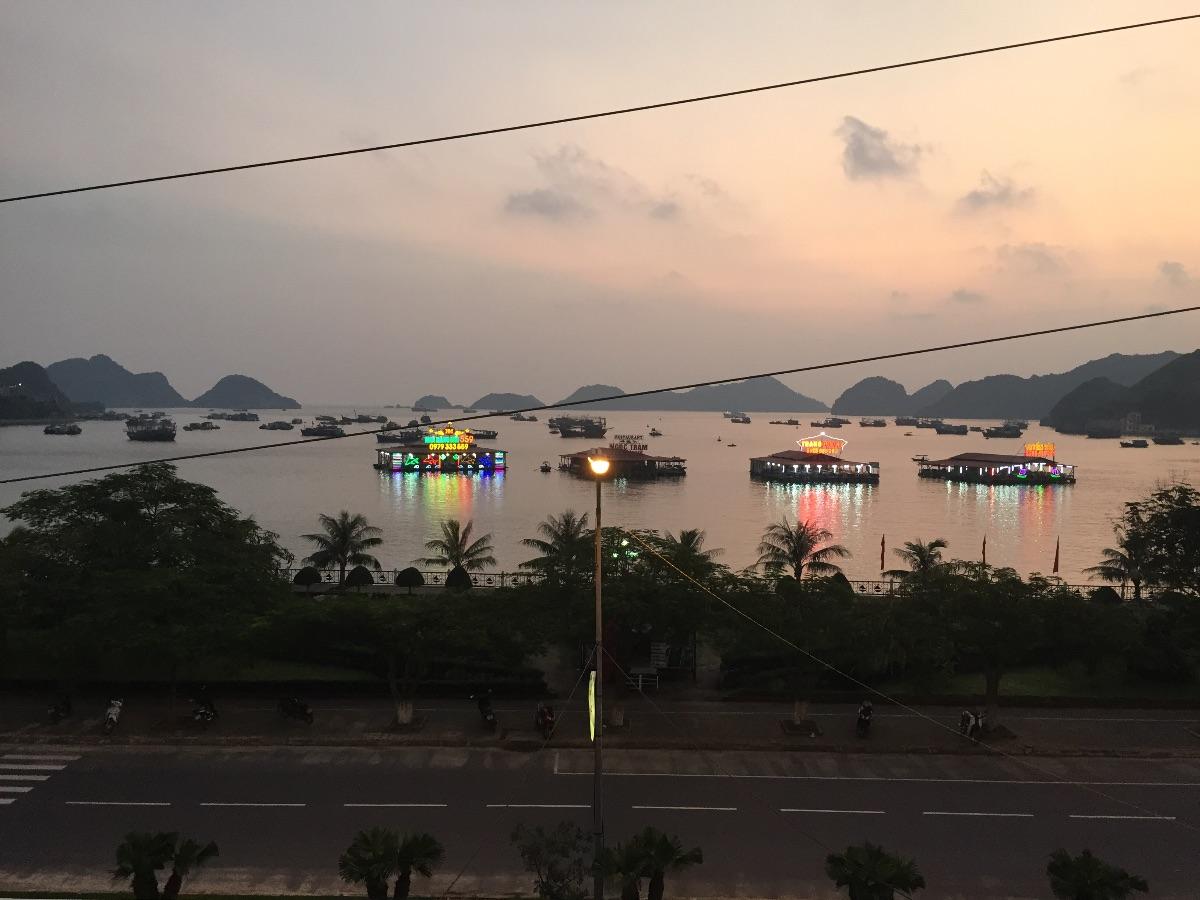 Uitzicht boulevard cat ba Island
