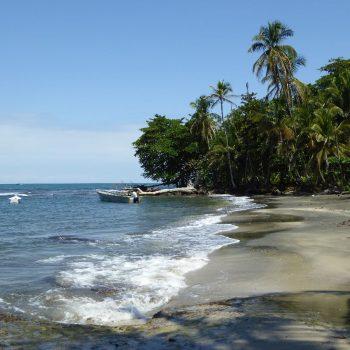 Strandje in Cahuita, waar je de reggae voelt