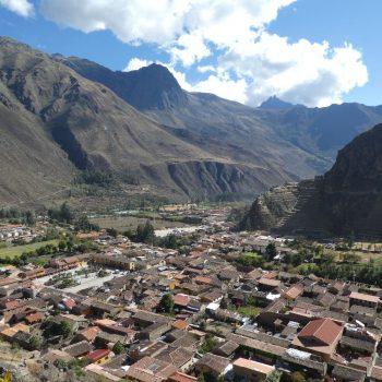 Uitzicht op Ollantaytambo bij wandeling naar Pinkuylluna Mountain Granaries
