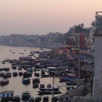 De beroemde waterkant van de Ganges