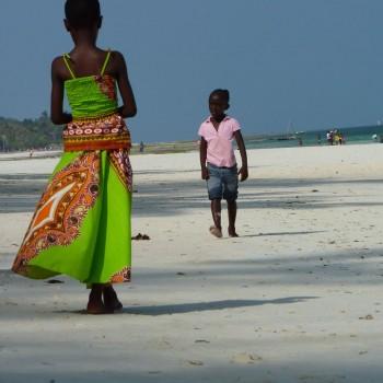 Prachtige kleurrijke kleding van Keniaans meisje