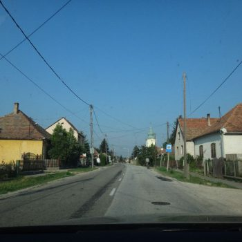 De weg door een klein Hongaars stadje