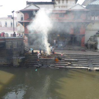 Een crematie, pachupatinath tempel