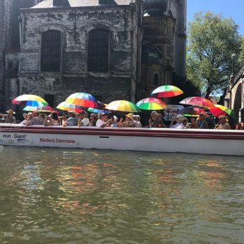 Kleurrijke tourboot