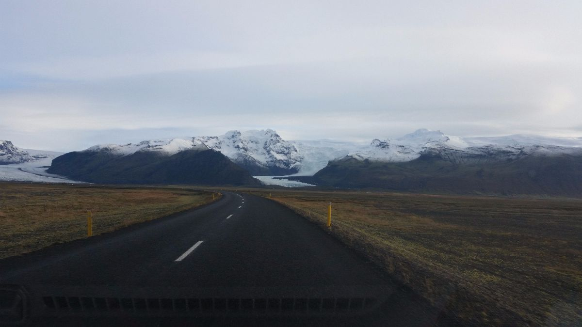 Het uitzicht langs de ring road is prachtig. Ook de gletsjertong Skaftafellsjökull.