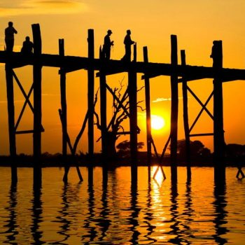 Zonsondergang bij de U Bein bridge, Amapura