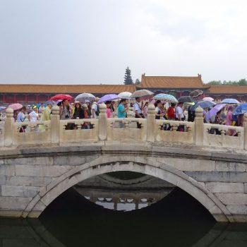 Chinezen op brug in verboden stad