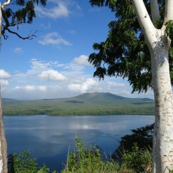 Een van de vele vulkanen. Uitzicht vanaf de malecón van Masaya.