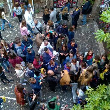 hordes toeristen onder het balkon van Giulietta