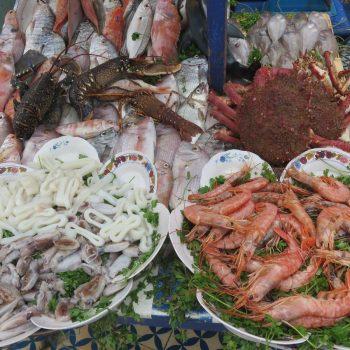 kiezen wat je wilt eten bij de visstalletjes