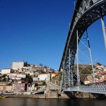 De bepalende review met de herkenbare brug