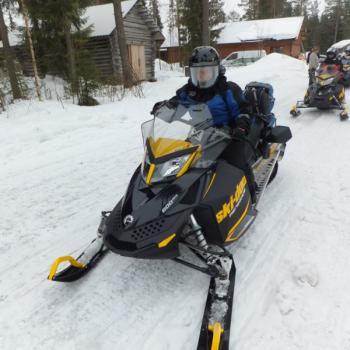 Sneeuwscooterrijden door het adembenemende Finse, besneeuwde landschap