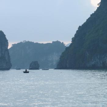 Halong Bay in de vroege ochtend