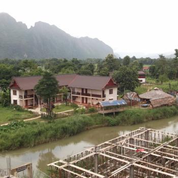 De rivier tussen de bergen bij Vang Vieng
