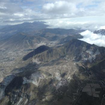 De hoofdstad van Ecuador, Quito...gelegen tussen de bergen