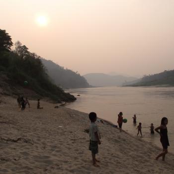 Kinderen aan de oever van de Mekong