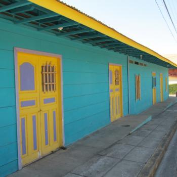 Kleurrijk straatje in San Juan del Sur.
