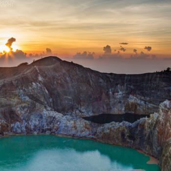 Kelimutu vulkaan met kleurenmeren bij zonsopkomst!
