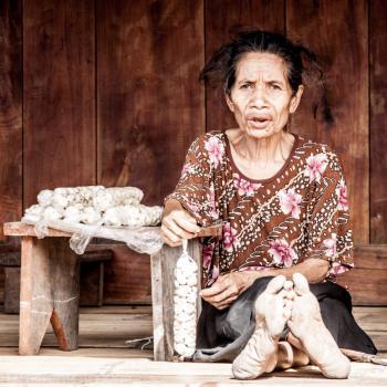 Vrouw van de Ngada-stam in traditioneel dorpje Bena