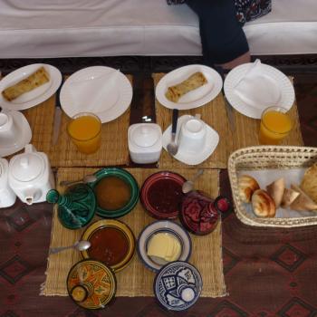 Ontbijtje op het dakterras van de Riad