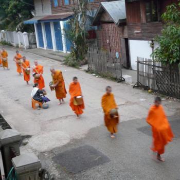 Monnikken op aalmoesronde, 's ochtendsvroeg in Luang Prabang