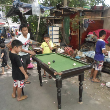 Kinderen biljarten in een van de sloppenwijken.